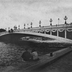 Couple de skinhead sur les rives de la Seine à Paris