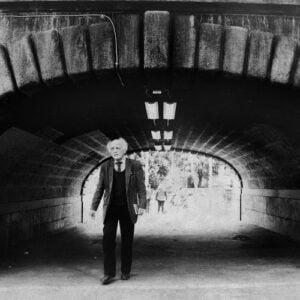 Vieille home sous un pont à Paris